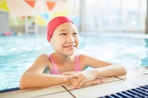 A temperatura da piscina para crianças