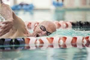 A temperatura da piscina para idosos